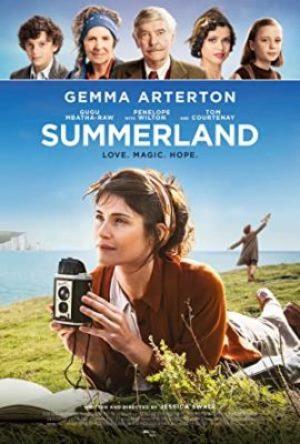 Summerland  - MV5BN2IzNDI4ZjQtMDIwYy00MjcwLThjMTItYzc0ZGVjZThjNzAzXkEyXkFqcGdeQXVyMTE1MzI2NzIz - Životopisný